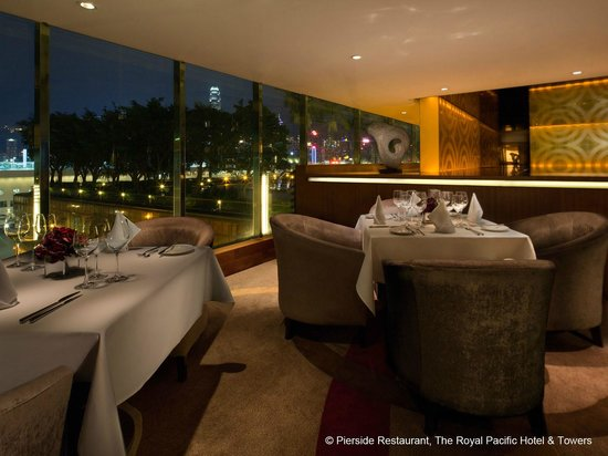 The Royal Pacific Hotel & Towers: Pierside Bar & Restaurant