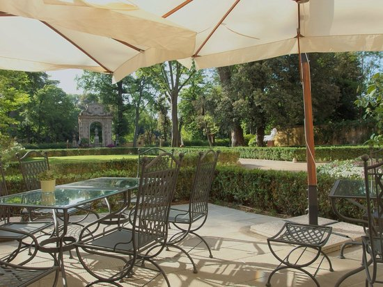 Four Seasons Hotel Firenze: Outdoor breakfast area