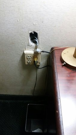Red Carpet Inn & Suites South Plainfield/Piscataway: 2 out 4 of those outlets didn't work