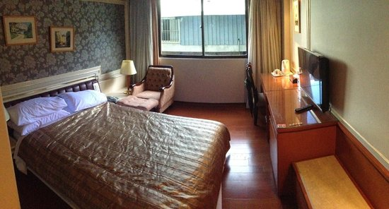 Charming City YiJiang Serviced Apt.: Small, but comfortable room