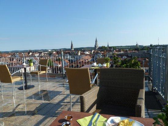 Viva Sky: Вид из ресторана на город и озеро