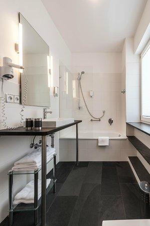 Weinhaus Sinz: Komfortabel ausgestattetes Bad