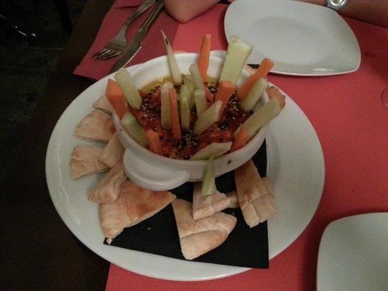 PUKU CAFE: Hummus con Zanahoria, Pepino y Pita