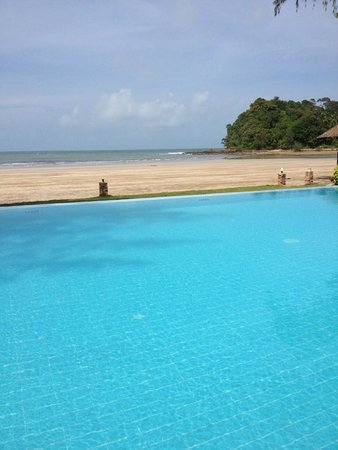 Twin Bay Resort: pool to beach