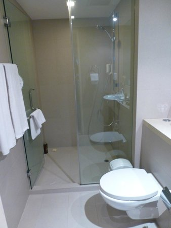 Somerset Liang Court Singapore: Main bathroom 1
