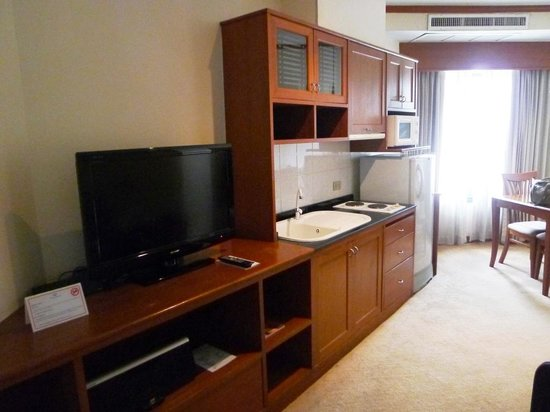 Grand Diamond Suites Hotel: hall rest area with TV