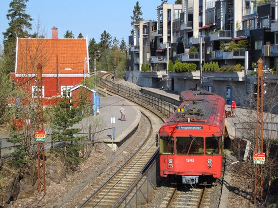 Musée du ski de Holmenkollbakken : この電車でオスロから登るんです。