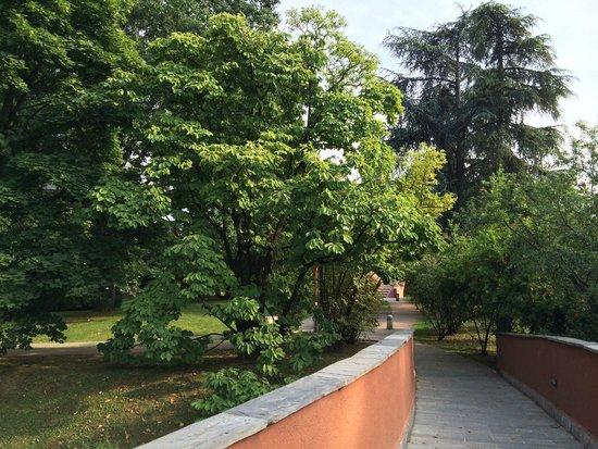 NH Milano 2: рядом с отелем на улице