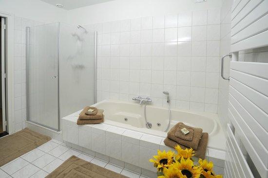 Bed & Breakfast Carpe Diem: Beide badkamers met bubbelbad plus aparte douchecabine