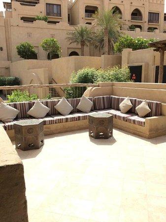 Qasr Al Sarab Desert Resort by Anantara: Terrace.