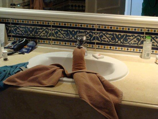 ClubHotel Riu Bellevue Park: Swan in our sink