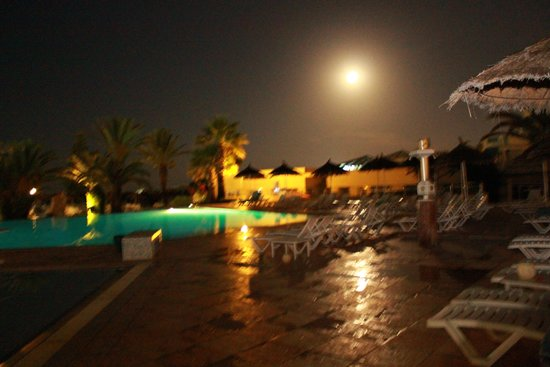 ClubHotel Riu Bellevue Park : Pool area at night