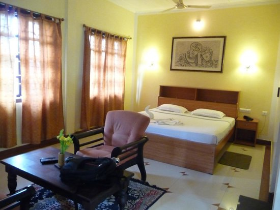 Meenmutty Heights: Double-Bed Room with an extra bed for triple-sharing.