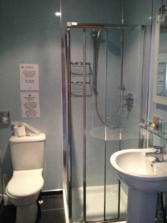 Ship Inn: Baño limpio con amenities muy buenas