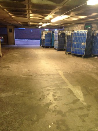 Britannia Airport Hotel: Dirty or clean laundry left in cages in the car park