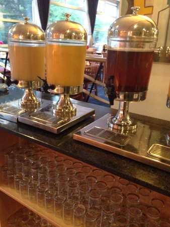 Britannia Airport Hotel: Luke warm juices, fresh for the morning. Picture take at 5am, god help you if you woke any later