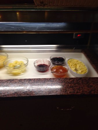 Britannia Airport Hotel : Pineapple rings kept in water, not juice.  Jams kept in a bowl- assuming over time as jam is dr