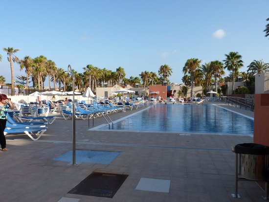 Grande piscine avec solarium picture of caybeach caleta for Piscine avec solarium