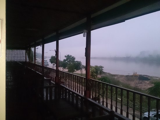 Baanrimtaling Home Stay: morning mist in chiang khong