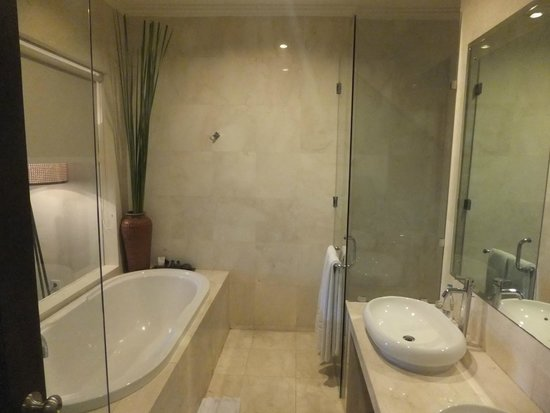 Kamuela Villas and Suite Sanur: bathroom