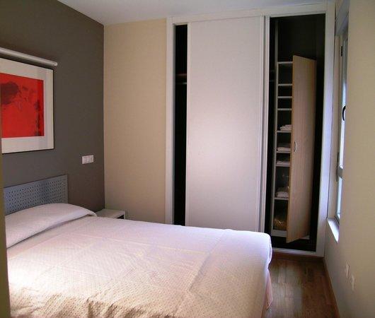 Apartamentos León: Habitación individual con armario y cama doble