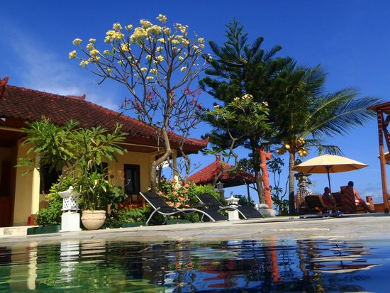 Bali Shangrila Beach Club: relaxing Pool area with good service > Food Bev. & Cocktails