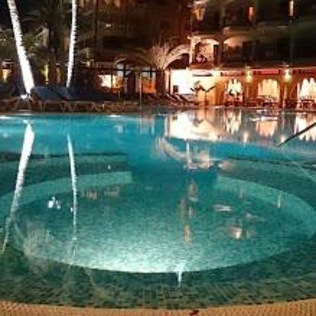 Bull Dorado Beach & Spa: The pool at night