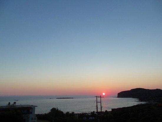 Falasarna Beach Studios&Apartments: Вид с балкона на закат