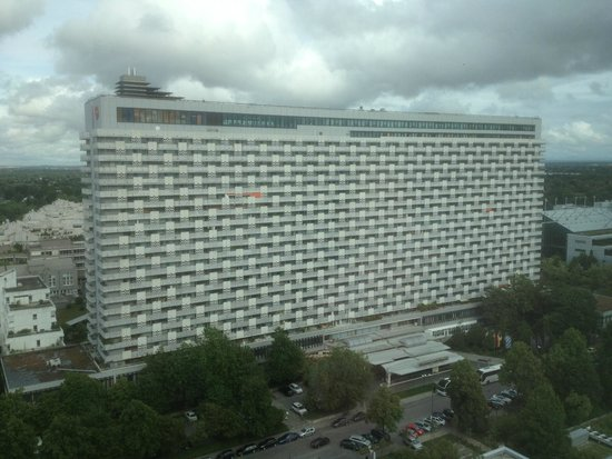 Sheraton Muenchen Arabellapark Hotel: View of the hotel from the nearby Westin