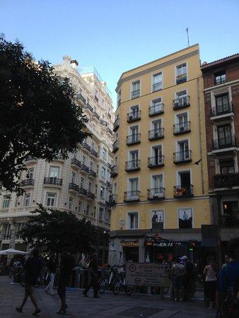 Plaza Outside of Hostal Go Inn Madrid
