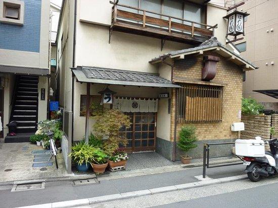 Hashimoto: 香がないと見逃してしまいそうな店構え