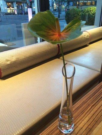 At Eight: Живые цветы на столах