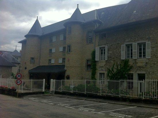 Chateau des Comtes de Challes : Entrée de l'hôtel