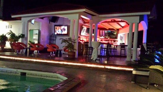 Habitation Jouissant: Bar and pool at night