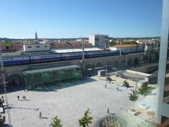 Ibis Budget Nimes Centre Gare: View from room of station and piazza from room