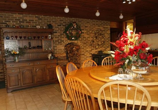 Butterfly Fields Bed and Breakfast: Our large round table is perfect for business retreats or wedding/baby showers.