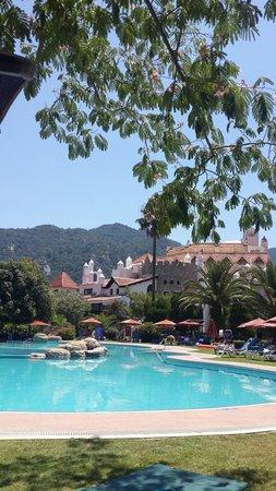 Marti Resort de Luxe : Kus sesleri,doga ve havuz keyfi