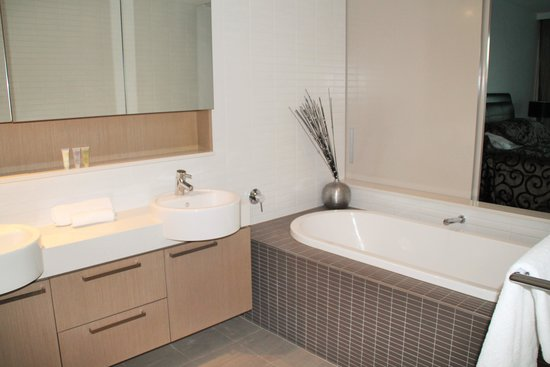 Allisee Apartments : Lovely big bath in main bedroom