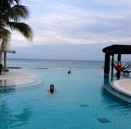 Now Jade Riviera Cancun : adult pool with water hammocks