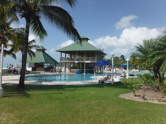 Starfish Jolly Beach Resort : La grande piscine et le snack bar et le bar.