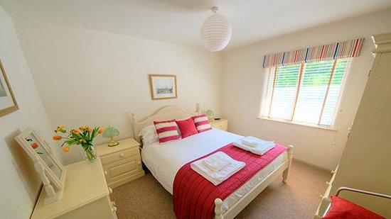 Broomhill Manor Country Estate: Kittiwake cottage bedroom at Broomhill Manor