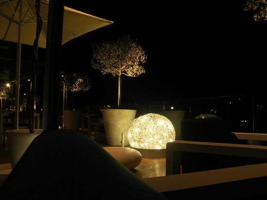 Radisson Blu Resort Split: NIght ambience at the open air bar