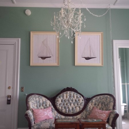 Admiral Sims' House : The beautiful chandelier and settee in the Compass Room