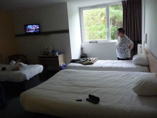 Salle de bain photo de b b hotel brest port brest - Hotel paris chambre 5 personnes ...