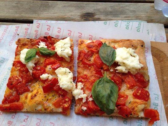Pizzeria La Boccaccia: Tomato and mozzarella pizza.