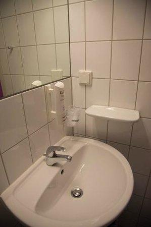 Hotel 103: ...