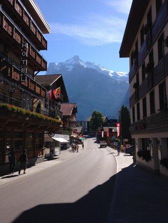 Hotel Tschuggen: Main street next to hotel