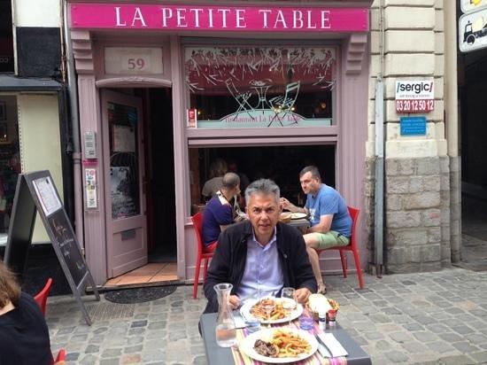 La petite table : kleine tafeltjes op straat maar ook binnen is het gezellig.