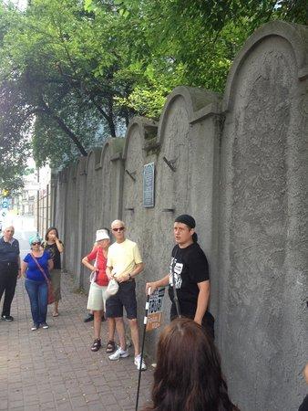 Krakow Free Walkative Tour: Jacek explaining the Jewish ghetto.