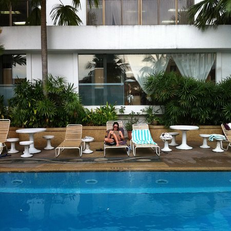 Bayview Hotel Georgetown Penang: pool side on business